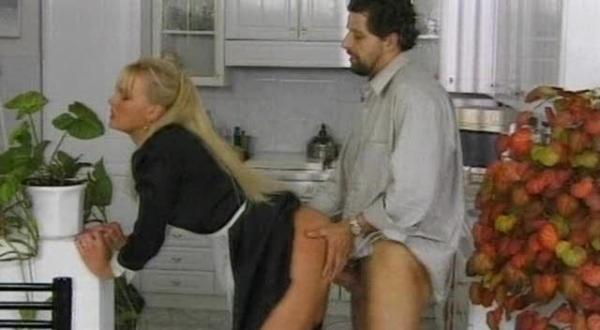 Недовольный хозяин принуждает служанку-ДАТЬ В ПОПКУ.